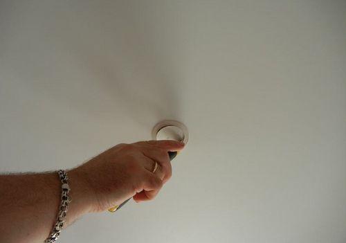 Как сделать отверстие в натяжных потолках 44
